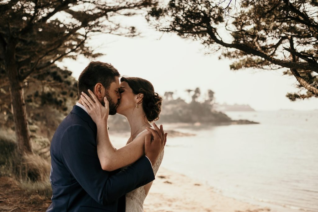 Photographe Mariage Saint Malo couple s'embrasse a la plage