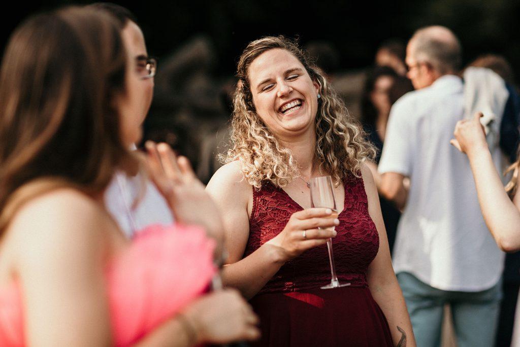 Photographe Mariage Saint Malo sourire invité cocktail