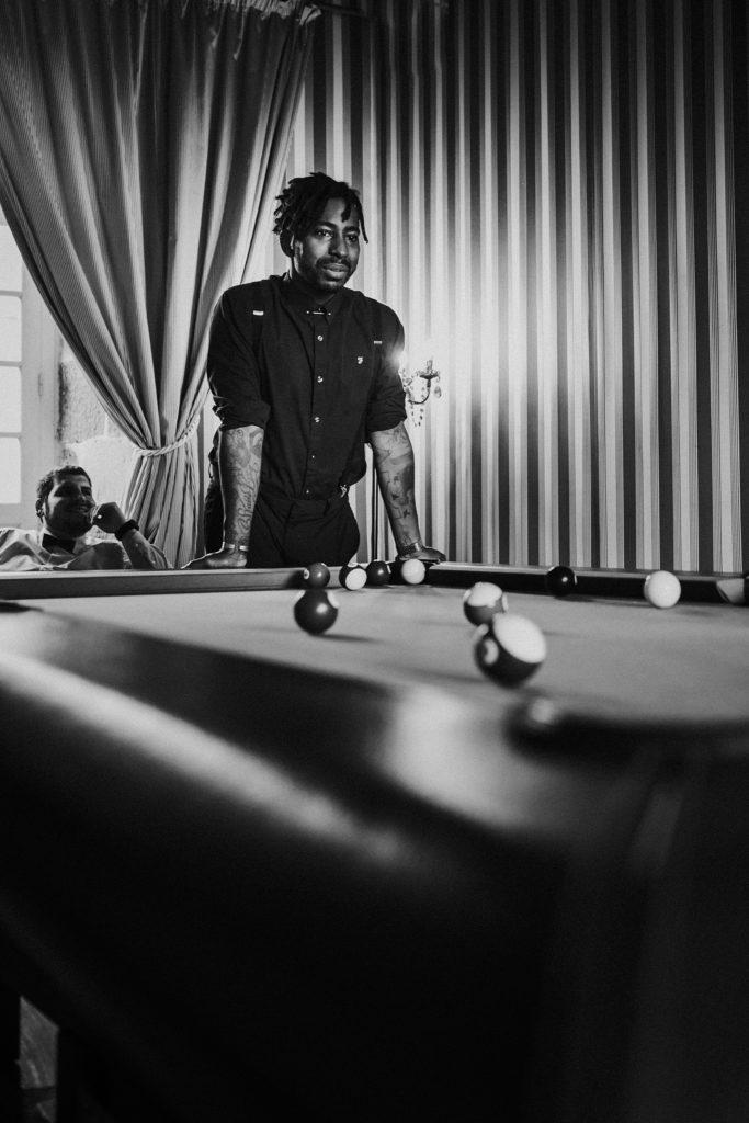 photographe mariage saint malo photo de témoin en noir et blanc