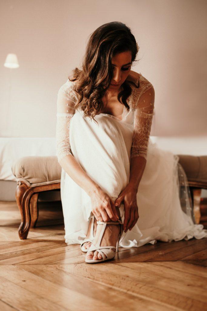 Cérémonie en extérieur mariée met ses chaussures