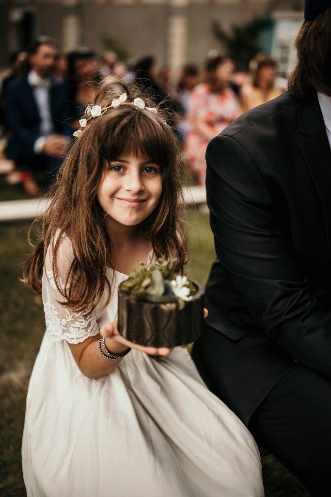 Cérémonie en extérieur petite fille alliances mariage