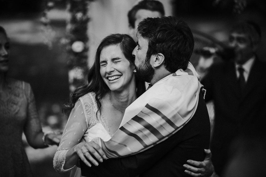 Cérémonie en extérieur photographe mariage noir et blanc