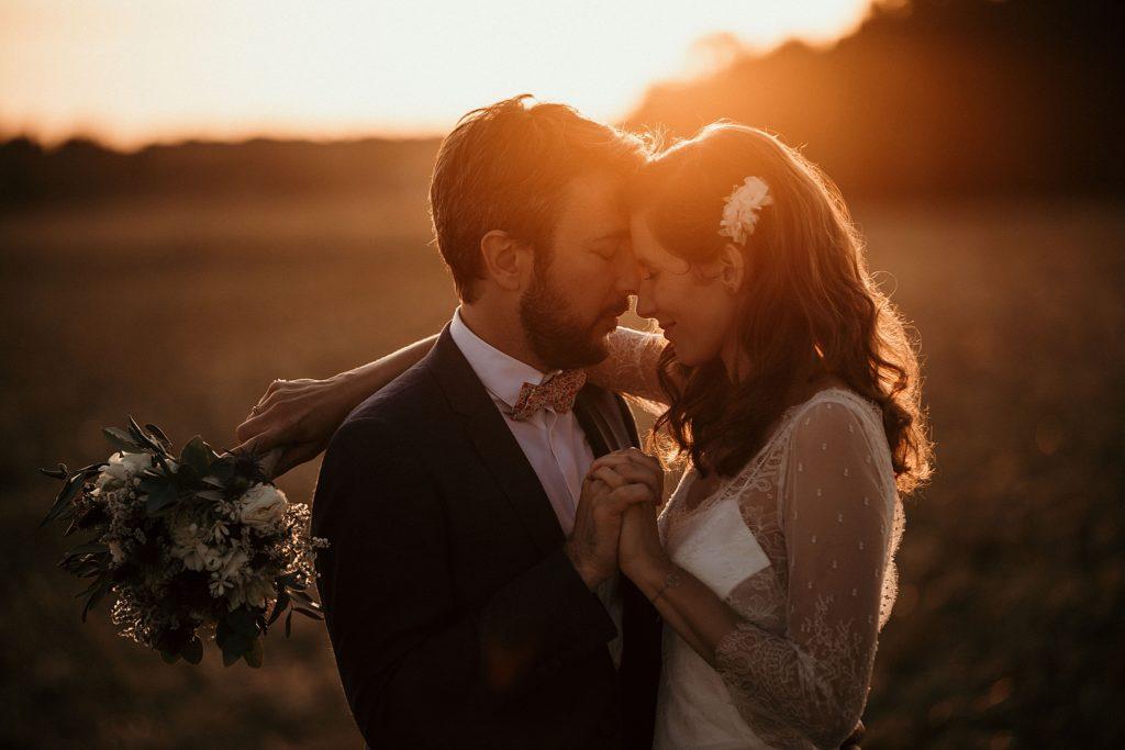 Cérémonie en extérieur photo de couple au coucher de soleil