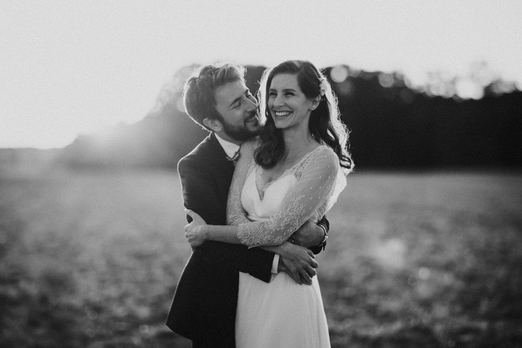 Cérémonie en extérieur photographie couple en noir et blanc