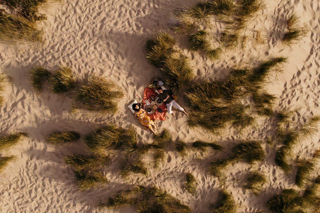 Séance photo à la plage allonger dans les dunes
