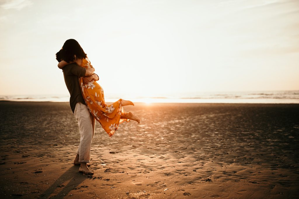 Séance photo à la plage sauter dans les bras