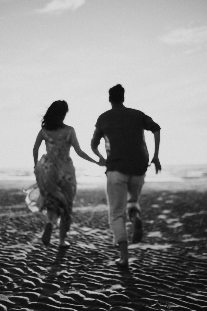 Séance photo à la plage courir sur la plage en noir et blanc