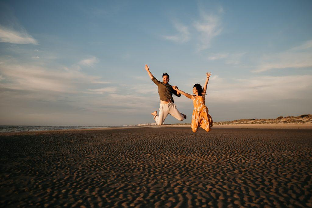 Séance photo à la plage sauter sur la plage