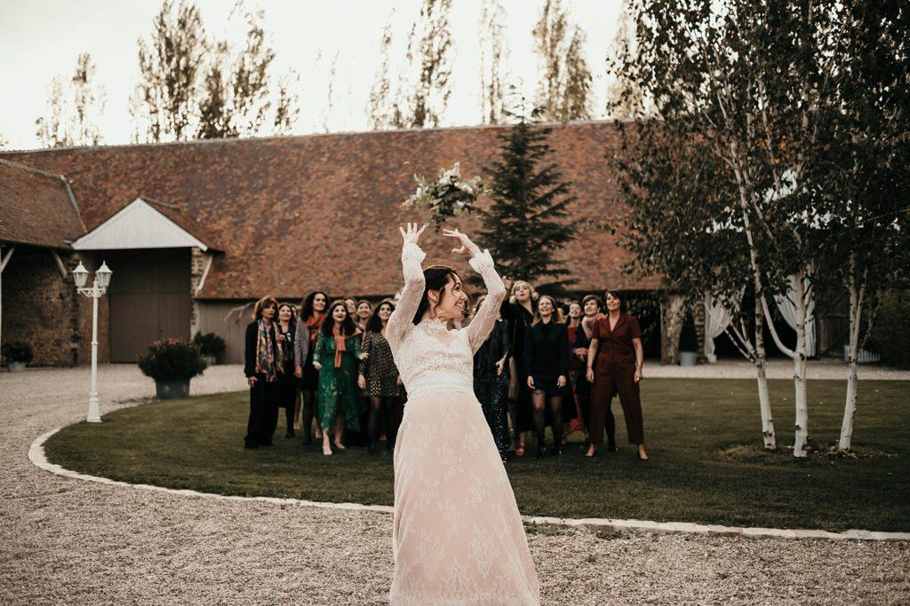Mariage à la Bergerie de Vaujoly lancer de bouquet