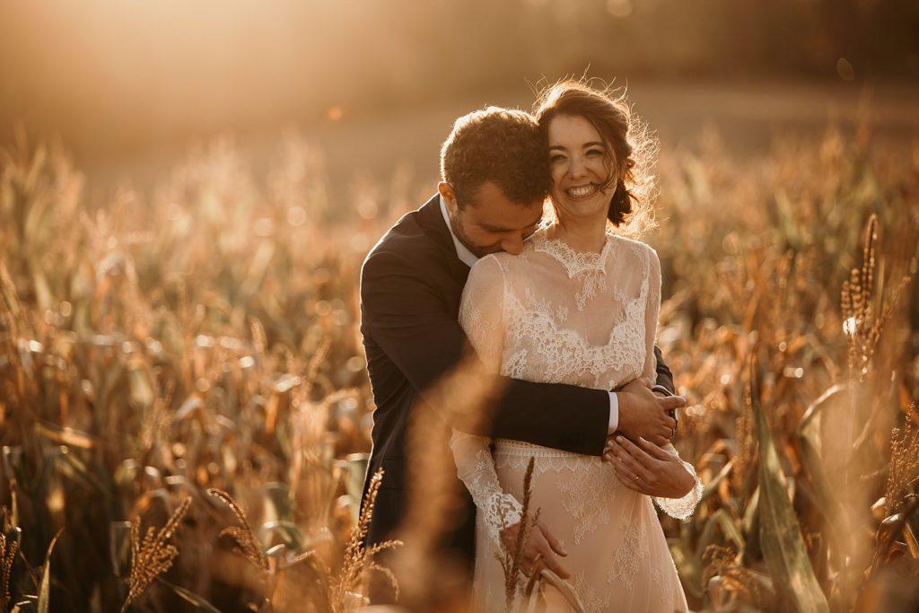 Mariage à la Bergerie de Vaujoly photo de couple dans les champs