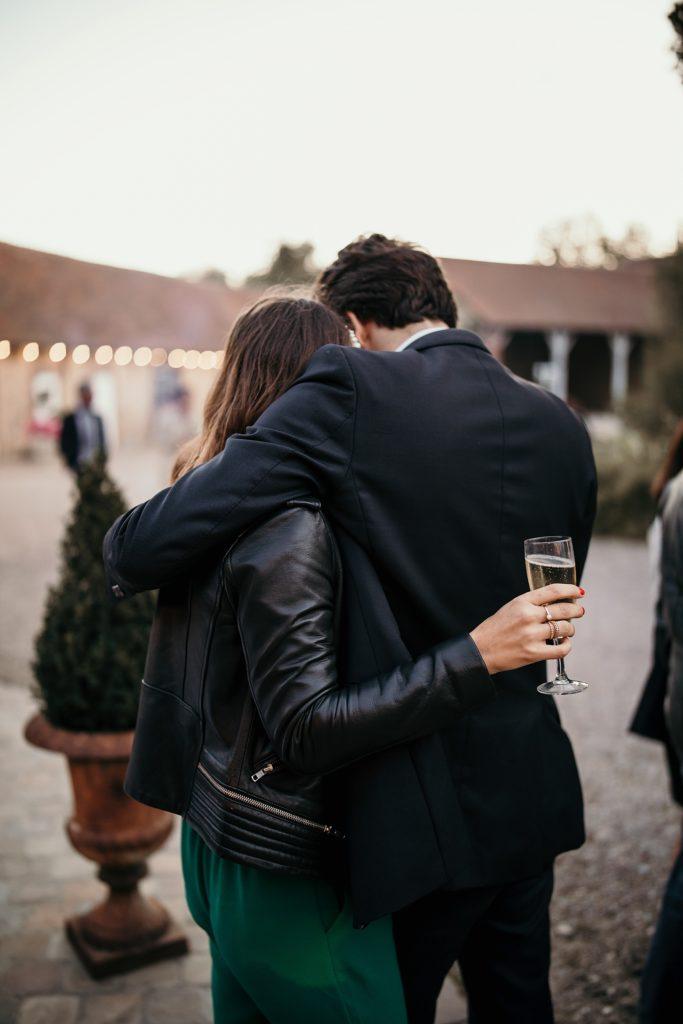 Mariage à la Bergerie de Vaujoly couple cocktail